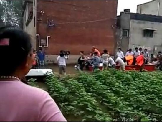 河南安阳市长被曝让村民推船视察灾情 亲历者辟谣
