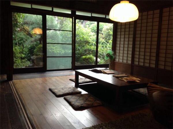 """和式住宅的天井大多是称作""""板条天井""""的形式,先将细长的称作板条的图片"""