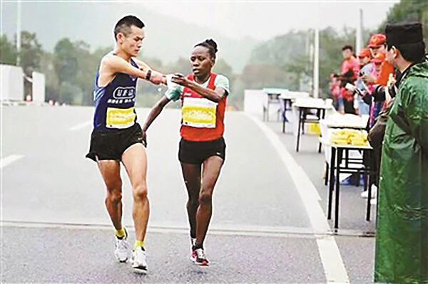 暖心马拉松 非洲姑娘为断臂小伙递水 还夺冠了