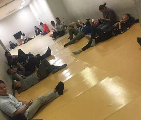 百余名中国游客在济州岛入境遭拒,被关在机场的一间屋中多日等待遣返.