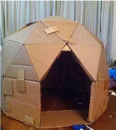 除了瓦楞纸箱房间本身,房子的内饰和家具也可以用纸箱制作.