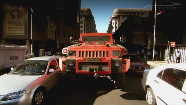 15吨越野车直接爆墙 悍马只能算玩具