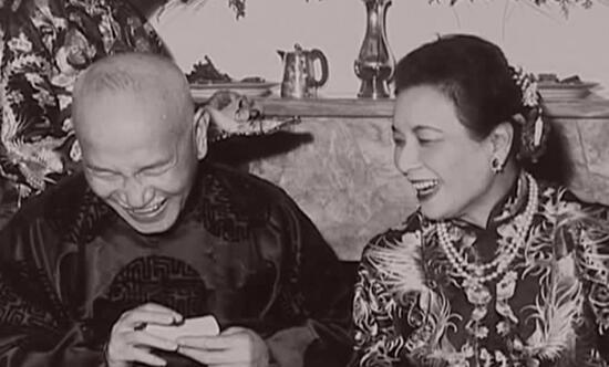 据北京掌故大王陈重远的著作中介绍,三十年代中期翡翠大王铁宝亭亲自制作了一对翡翠麻花手镯,以四万银元的价格卖给了上海青帮头子杜月笙,宋美龄见杜月笙夫人戴的这副翠镯十分美观,套在白嫩的手腕上,显得娇艳非凡,便拿在自己手里看了又看。杜月笙夫人顺水推舟,借机将这对翠镯敬献。而这对非常稀有美丽的翡翠麻花镯现在已达到了4000万港币的估价。