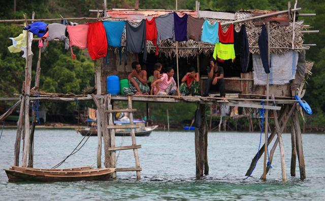 所以他们的房子全部建在海上或沙滩旁,用竹子简单搭建而成,几根竹竿