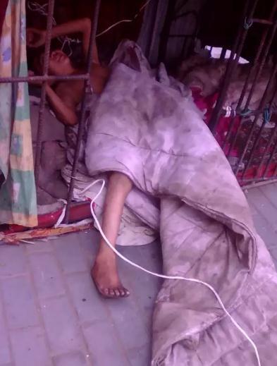 12岁男孩被父母用铁笼锁住