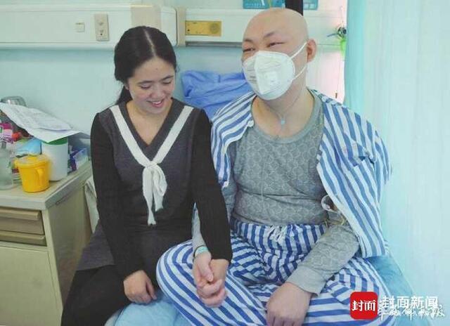 情人节第二天 女友披着婚纱走进癌症病房(图)