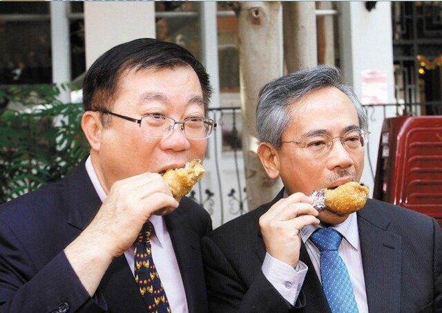 禽流感疫致市场低迷 台湾政要赴立法院表演吃鸡