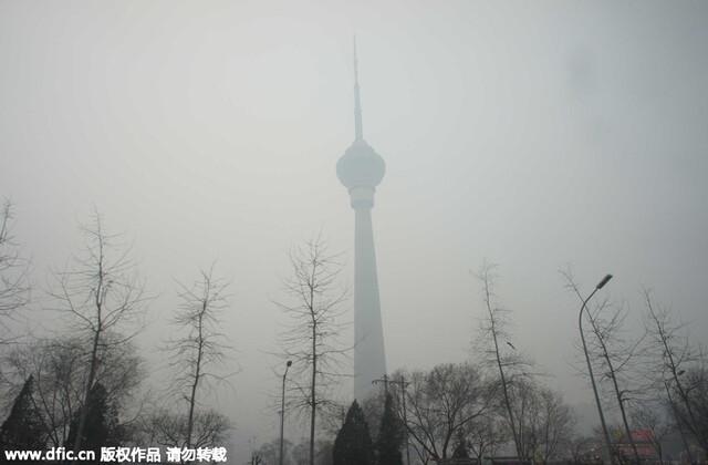 被笼罩在雾霾中的中央电视塔