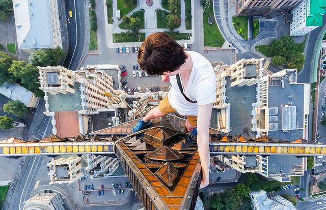 小伙156米高楼边缘拍照