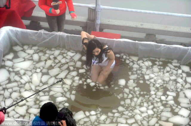 比基尼美女挑战冰冻活人这些人是不是疯了