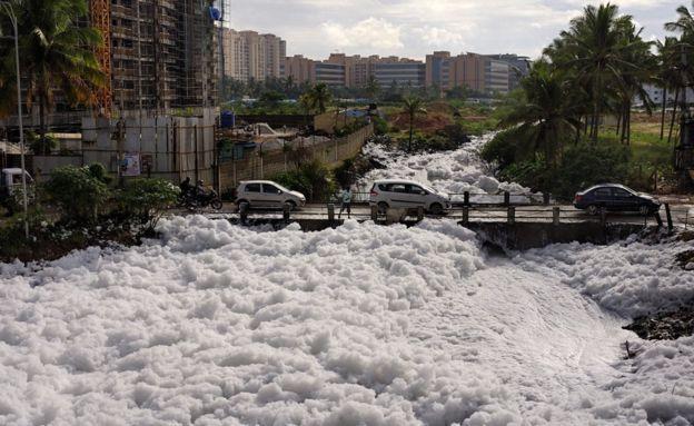 """印度""""硅谷""""污染严重 现""""自燃湖"""