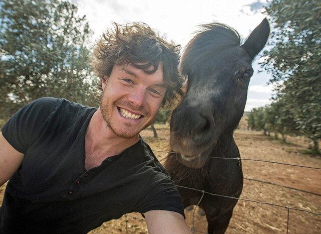 1/1429岁的爱尔兰男孩Allan Dixon有特殊的拍照技巧他的合影小伙伴都是萌萌哒野生动物  2/14Dixon被称为现实版的怪医杜立德(一个可以供动物交流的电影角色),因为每一张照片里的动物们表情看起来都很自然,就像是两人约好了合影一样  3/14Dixon说,与动物合影的技巧就是要取得它们的信任,他通常要在动物身边待三个小时以上,让动物们习惯他的存在,再慢慢蹲下身摆好pose拍照  4/14羡慕,这么多傲娇的小家伙都这么配合