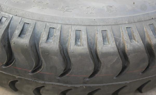 7/86,羊角花纹:花纹沟方向与圆周方向垂直  优点:良好的制动及操纵