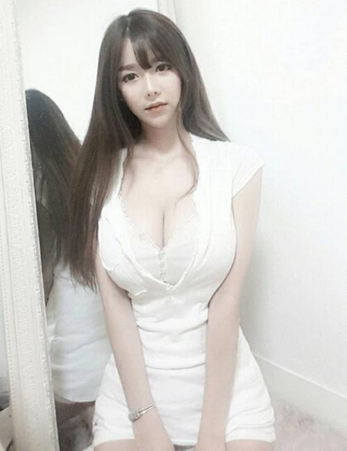 """网络女主播神似""""娜美"""" 因不科学的身材爆红-百秀生活"""