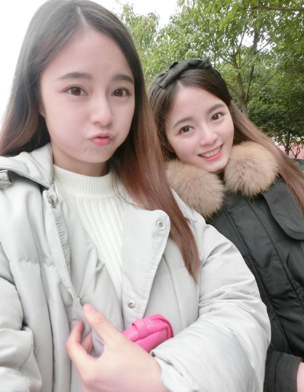 1/43来自南京艺术学院的何锶怡和来自四川师范大学的何锶棋,是对双胞胎学霸姐妹花,两姐妹貌美肤白,身材也好,且在校成绩优异,平时还会玩几把撸啊撸(游戏玩家对《英雄联盟》的昵称),在微博上晒游戏,受到了男性游戏玩家的追捧,已成为网络红人。