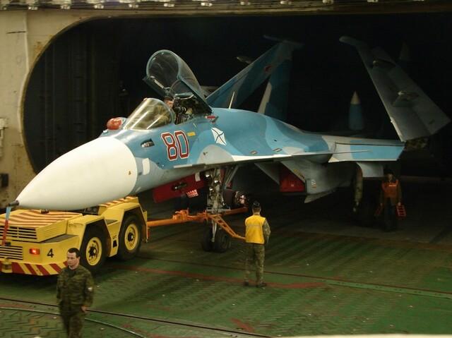 俄罗斯航母舰载机牵引车