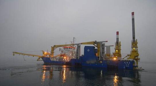 中国南海填海造岛的大型工程船