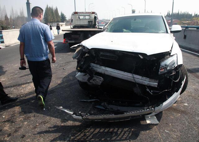 女司机因自拍撞收割机 车头面目全非