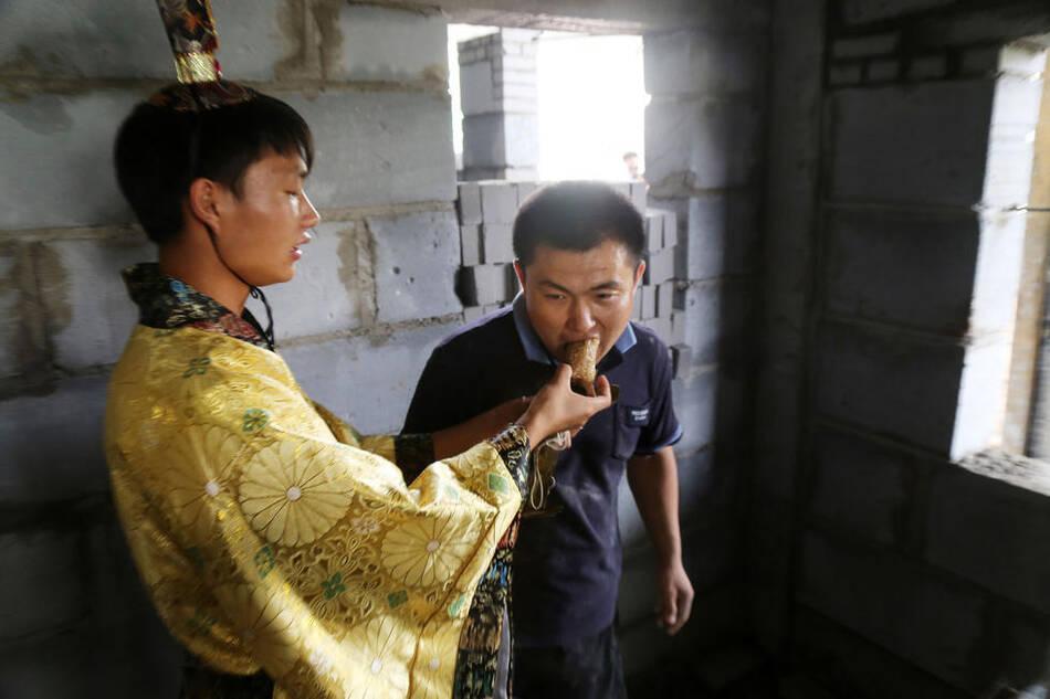 大学生穿汉服扮 屈原 喂民工兄弟吃粽子