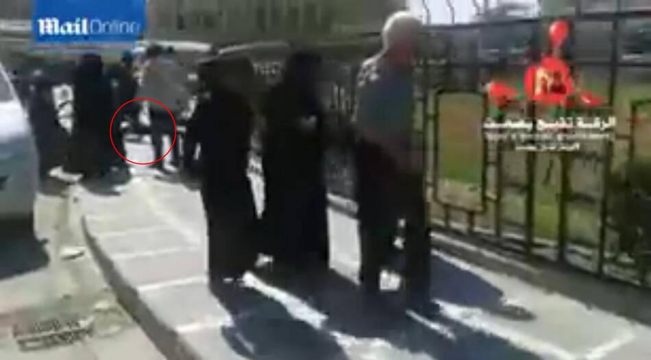 叙利亚:妇女麻木的从尸体旁路过