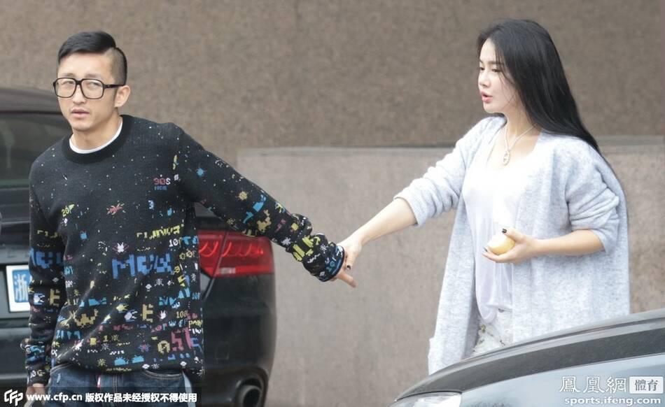 17日,上海,拳王邹市明与妻子冉莹颖逛街,马路边被粉丝认出索图片
