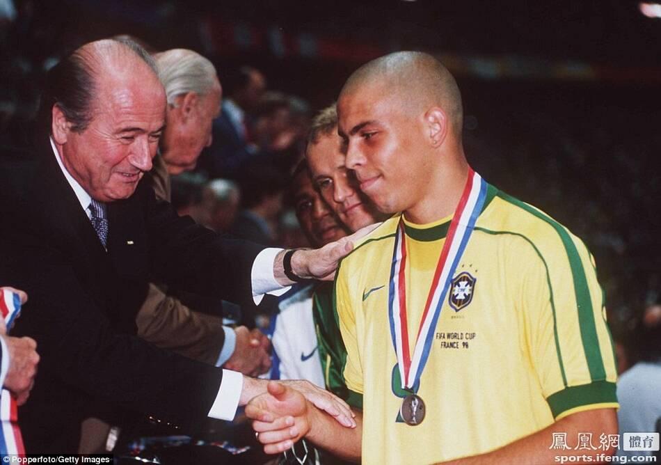 他任职的第一届世界杯即法国世界杯,最终法国队夺冠.图为布拉特