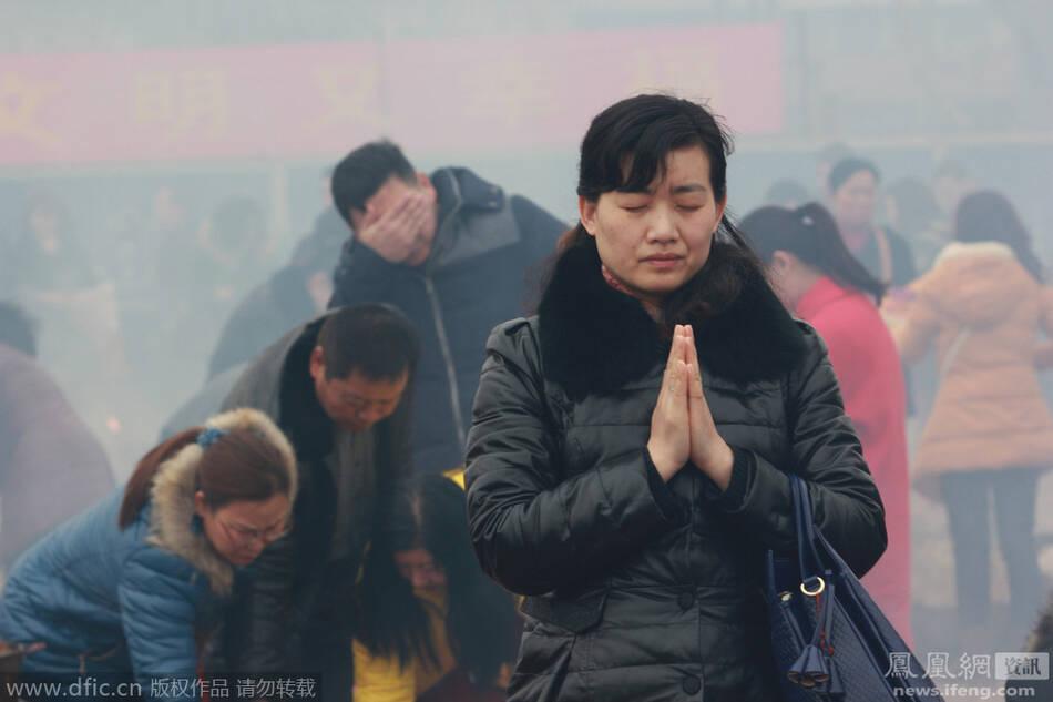 武汉:数十万市民拜财神祈福现场 - 雷石梦 - 雷石梦(观新闻)