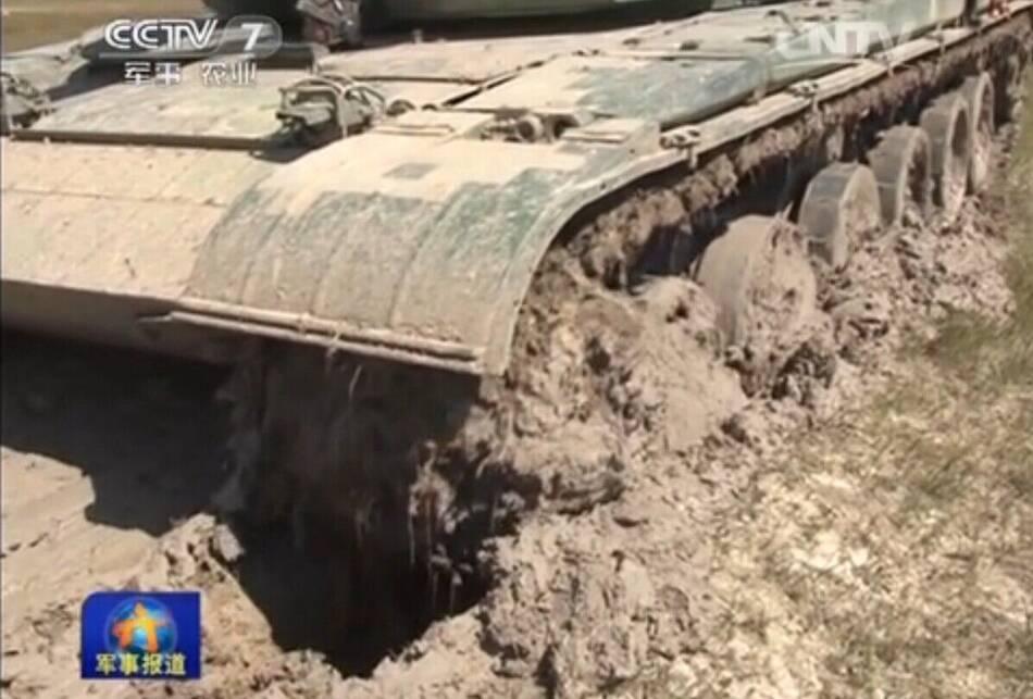 39集团军99式坦克草原军演 陷泥潭20分钟难动弹 - 人在上海    - 中国新闻画报