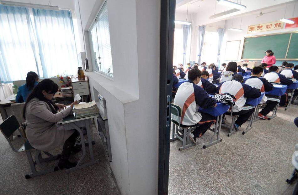 """办公室教室一窗之隔 老师全程""""监控""""学生动态 - 雷石梦 - 雷石梦(观新闻)"""