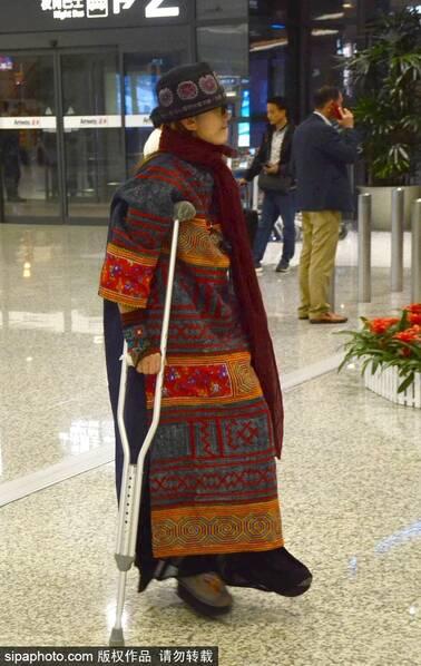 杨丽萍拄双拐现身机场 与众人同挤电梯略显落寞(图)