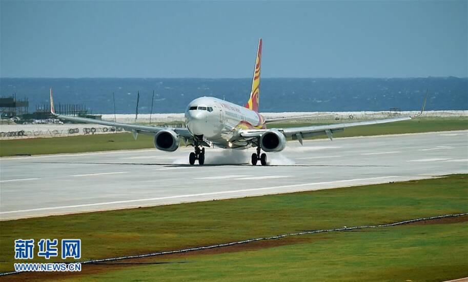 中国南沙机场试飞成功画面 图为第一批乘客乘民航飞机抵达永暑岛.
