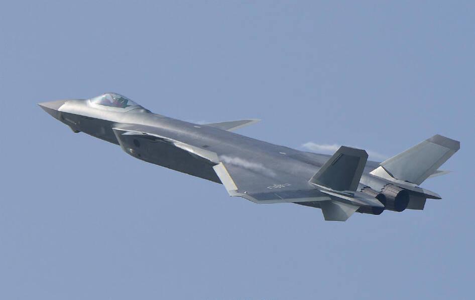 中国歼-20飞机在第11届中国航展上进行飞行展示