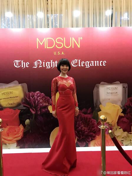 国民歌手陈红穿红裙出席晚宴 难相信她已经49岁了!