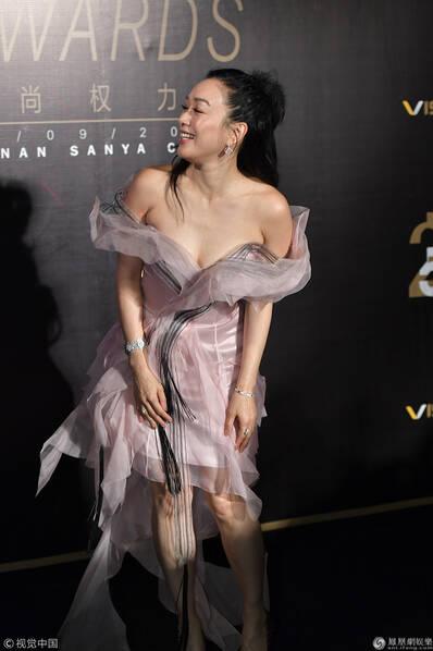 47岁钟丽缇秀香肩露美腿 与60岁齐豫同台比美