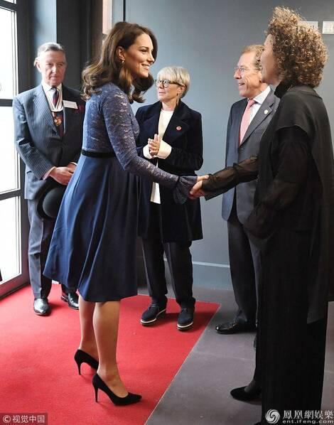 凯特王妃(Duchess of Cambridge)蕾丝裙孕肚凸显 开心大笑不怕动胎气