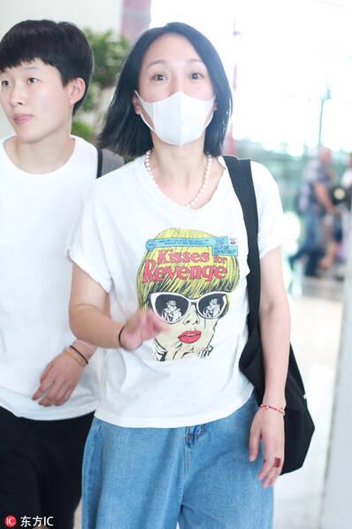 周迅素颜现身机场状态佳 白T牛仔裤还是那个俏皮精灵