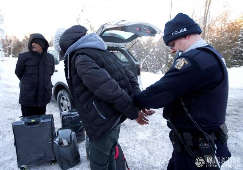 遭美国封杀的难民跪求加拿大警察准其入境-