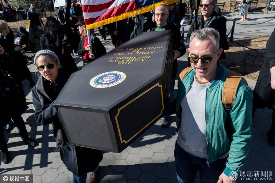 """纽约民众哀悼""""美国总统之死"""" 抗议特朗普(组图)"""
