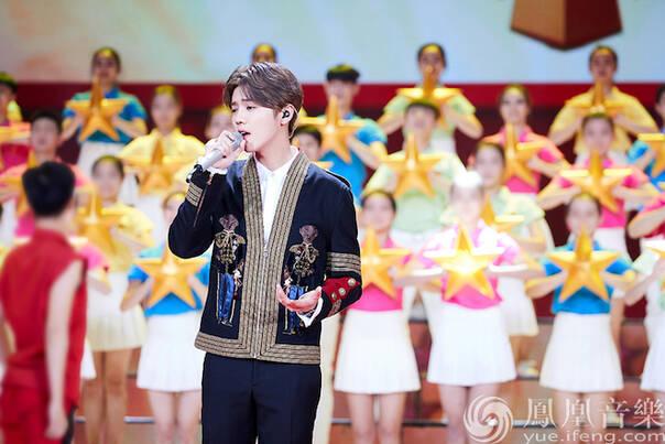 鹿晗献唱五四青年晚会 《勋章》成年轻人梦想之歌