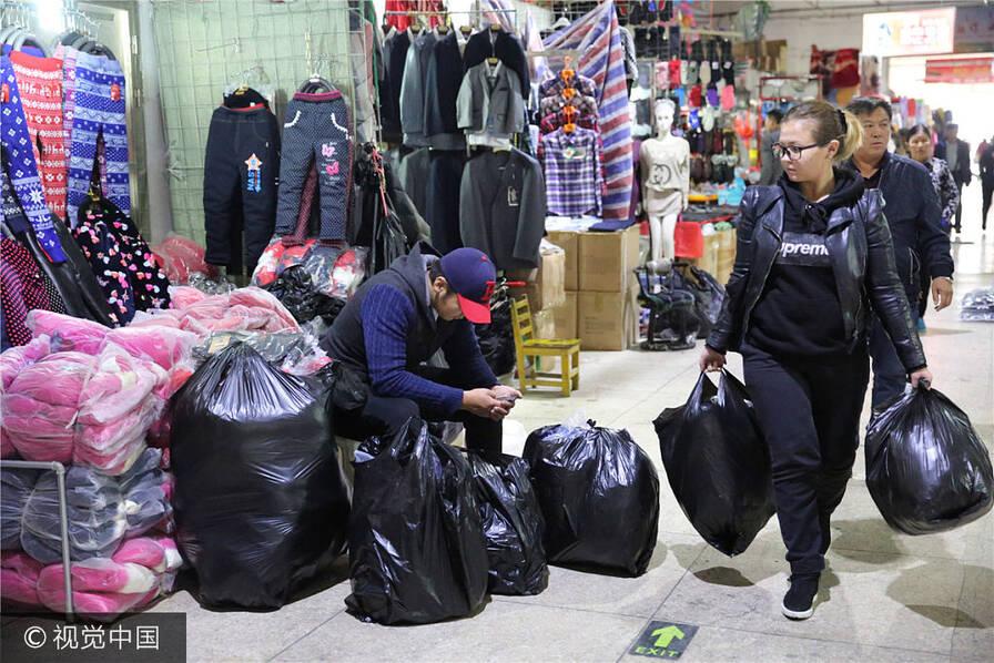 蒙古国大雪降温 民众涌入中国扫货 (高清组图)