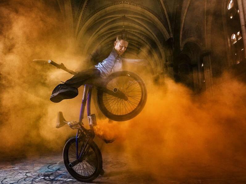 摄影师用烟雾弹耍帅,拍摄了一组自行车运动大片!