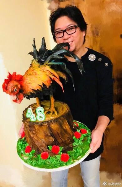 画风太清奇!高晓松48岁生日蛋糕竟是只雄鸡(图)