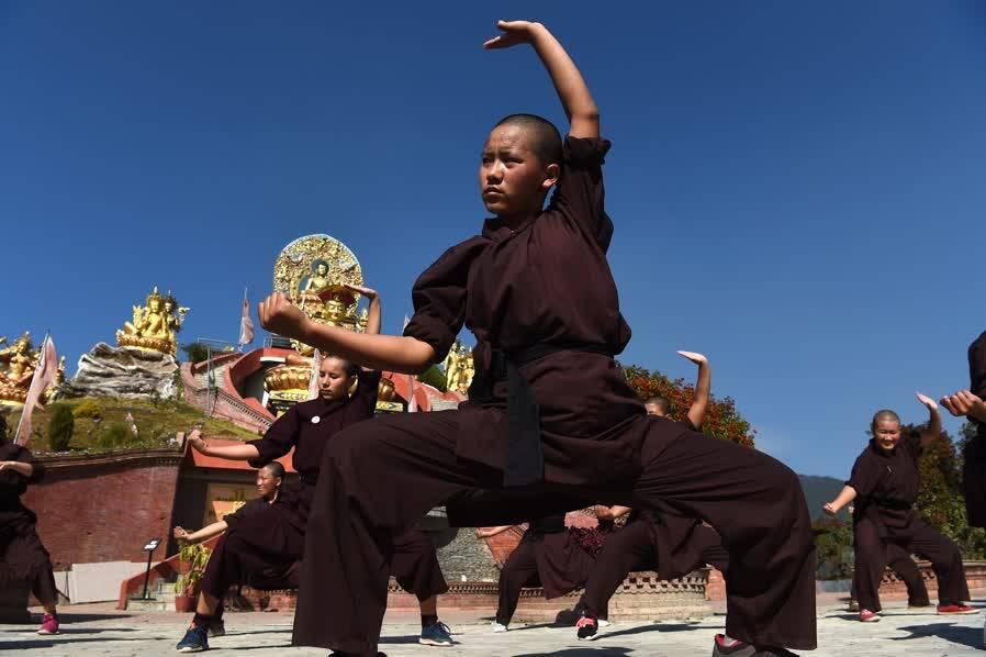 """尼泊尔有一群""""功夫尼姑"""",她们朝圣的方式很特别"""