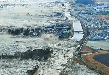 日本常年地震引发海啸,政府建30米高的围墙。