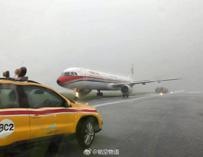 东航一客机在香港着陆时冲出跑道 前轮现火光(图)