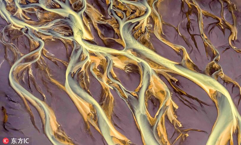摄影师航拍冰岛冰河地貌 美如水彩画卷