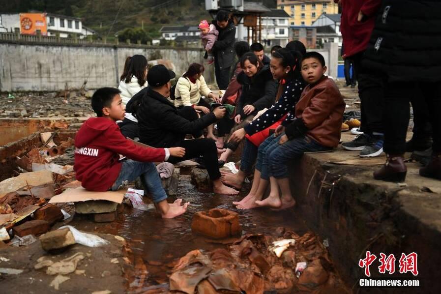 重庆市南川区余家坝附近出现一处露天温泉 成免费泡脚场