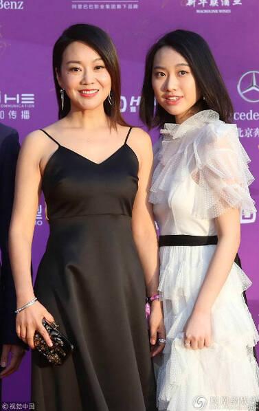 第8届北京国际电影节红毯:闫妮携20岁爱女亮相