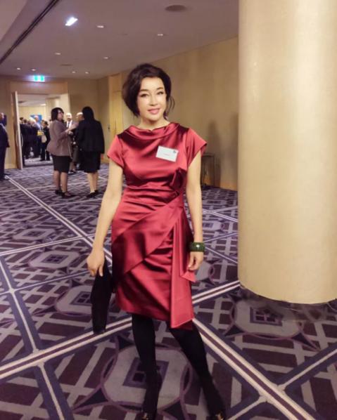 62岁刘晓庆出席澳大利亚总理谭宝午宴 脸部略僵硬