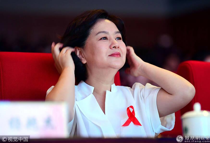 52岁鞠萍姐姐鬓角斑白 面庞富态惊现双下巴